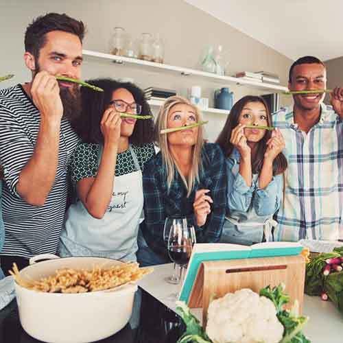 Team hat Spaß beim kochen