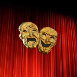 Zwei Masken vor Vorhang