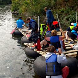 Zehn Personen auf selbstgebauten Floß