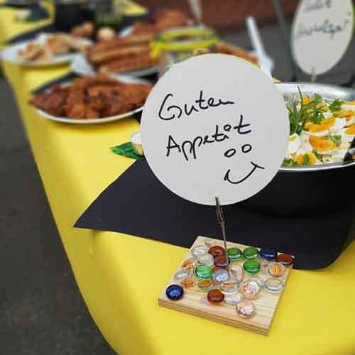 """Gedeckte Tafel mit Schild """"Guten Appetit"""""""