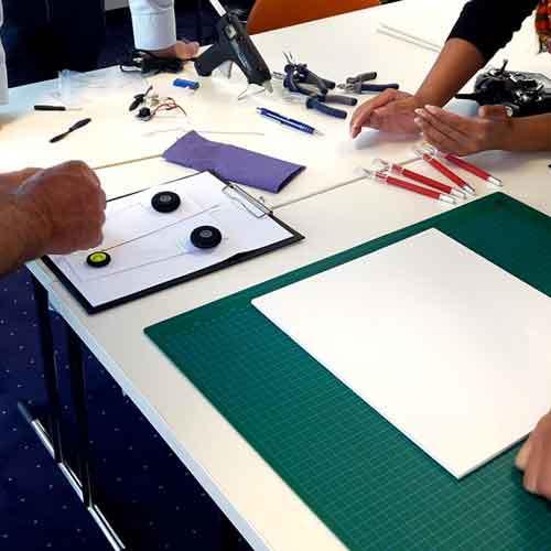 Teilnehmer an Tisch bei der Konstruktion