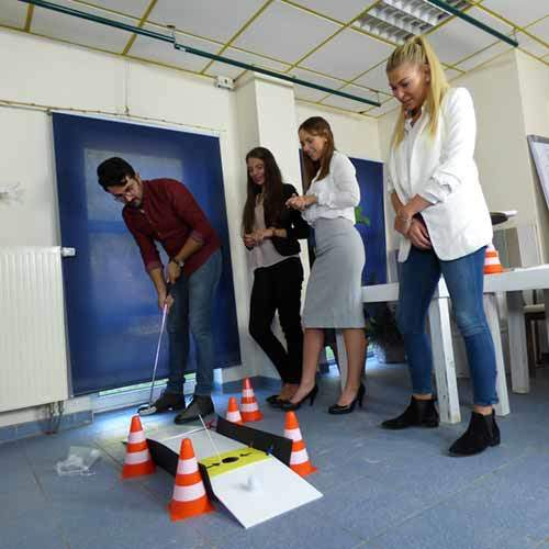 Team beim Minigolf im Büro