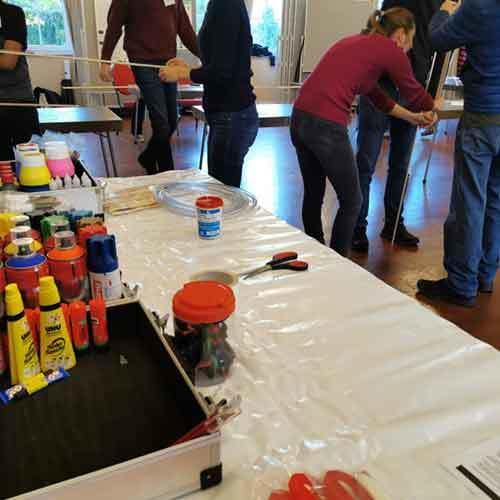 Tisch mit Material für den Drachenbau