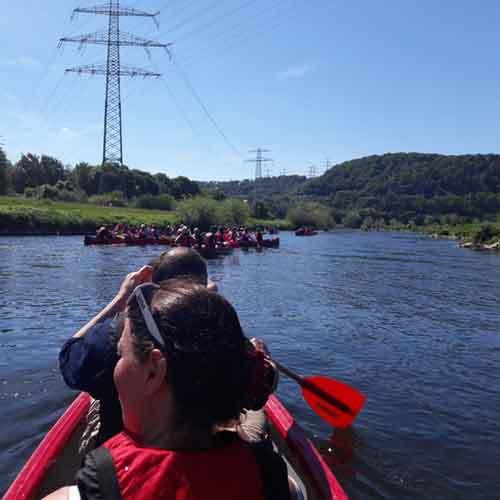 Gruppe Kanus auf Fluß