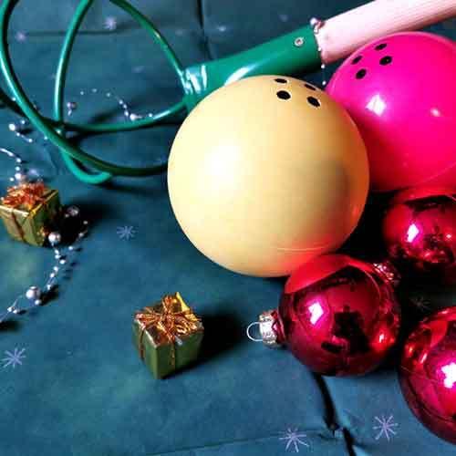 Boßelkugel und Kraber auf Tisch weihnachtlich dekoriert