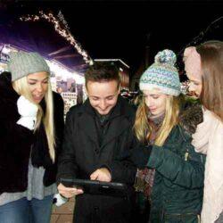 Team im Winter beim besprechen einer Aufgabe