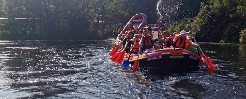 Team in Raft auf Fluss in Coesfeld