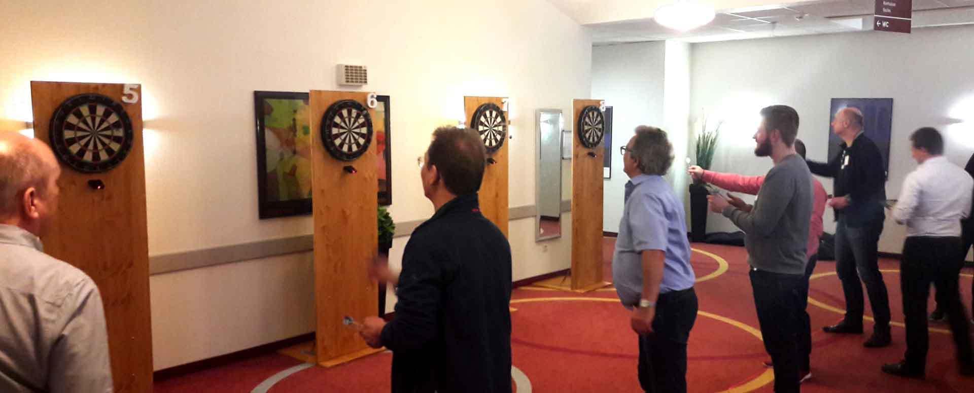 Teilnehmer beim Dart Turnier