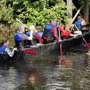 Team im selbstgebauten Drachenboot