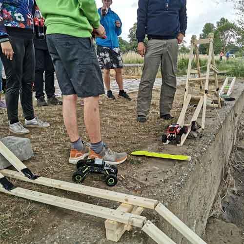 5 Personen beim RC-Crawler Wettbewerb