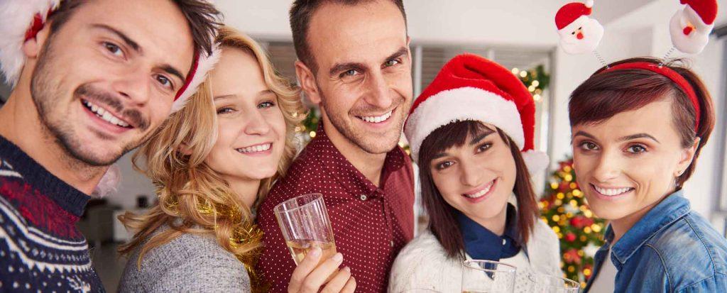 Fünf Personen auf Weihnachtsfeier