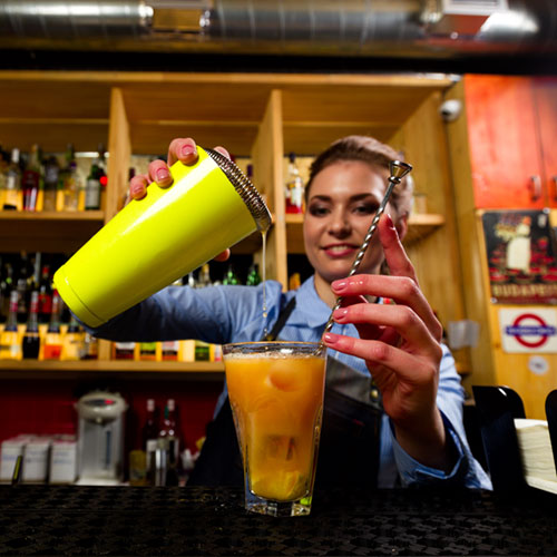 Barkeeper mixt Cocktail