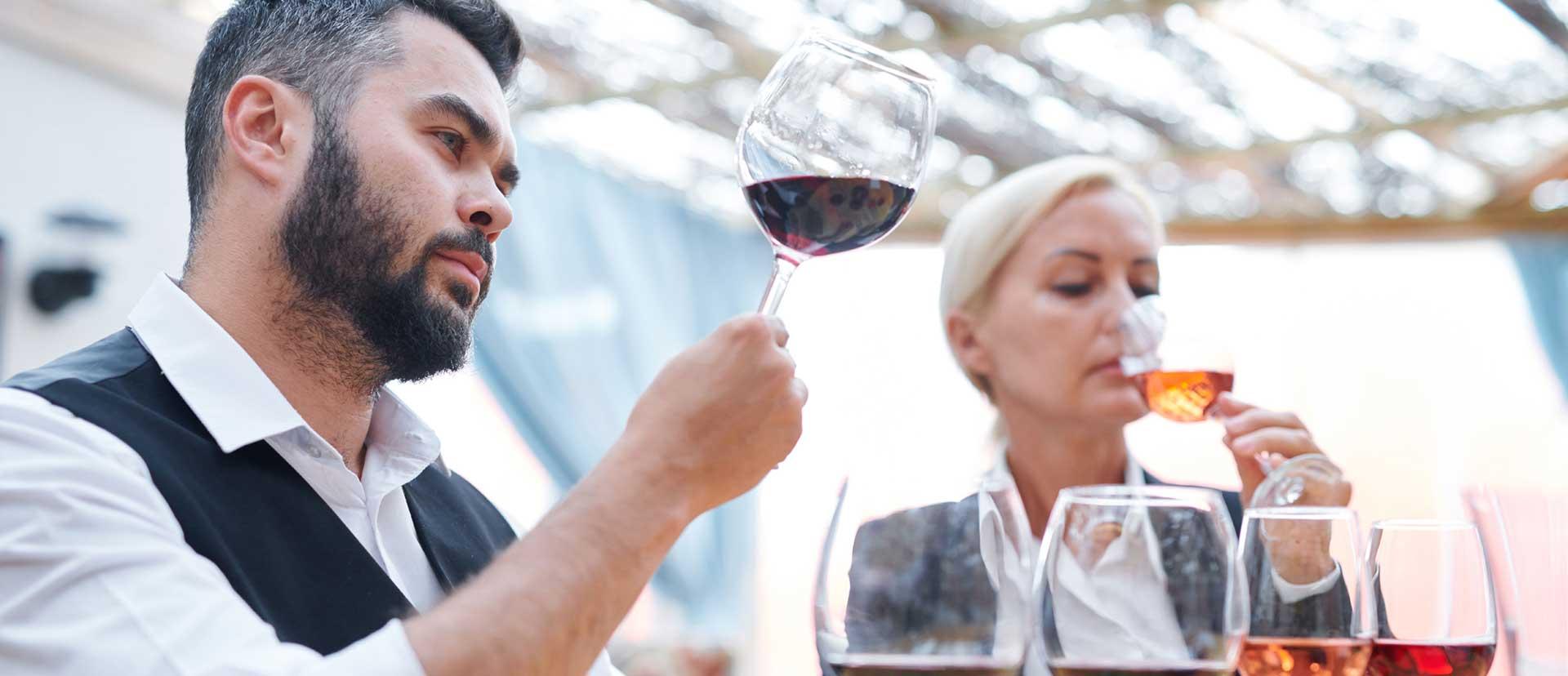 Zwei Personen bei unserer Wein Verkostung