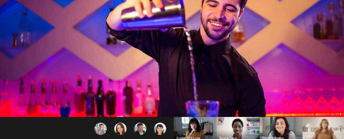 Barkeeper beim Cocktail mixen
