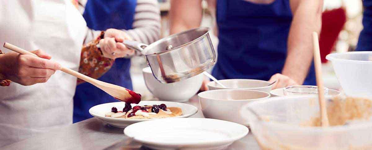 Teilnehmer beim kochen